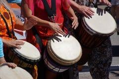 Trommeln gespielt von den Frauen Stockfotos