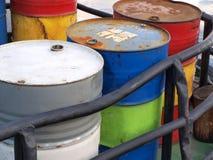 Trommeln mit Benzin lizenzfreie stockbilder