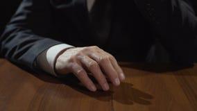 Trommelnde Finger des frustrierten Mafiachefs auf Tabelle, Entscheidung denkend oder treffen stock video