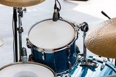 Trommels en percussie op openluchtstadium, klaar voor spel Stock Foto