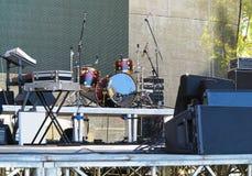 Trommelsatz, -mikrophone und -sprecher auf Stadium Lizenzfreie Stockbilder