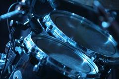 Trommelset, beleuchtet durch Blau Stockbilder