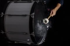 Trommelstokken op de bastrommel worden geraakt die Royalty-vrije Stock Afbeelding