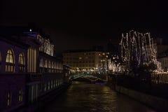 Tromostovje在卢布尔雅那,斯洛文尼亚首都使多数成三倍,被采取在与Ljubljanica河的一个冬天晚上期间的 库存照片