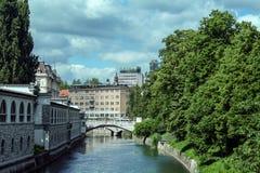 Tromostovje桥梁三倍桥梁在卢布尔雅那从分开看见的斯洛文尼亚 桥梁,在Ljubljanica河 免版税库存照片