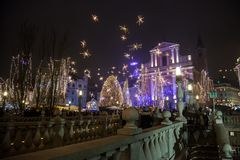 Tromostovje Drievoudige die Brug bij nacht tijdens de Kerstmisperiode wordt genomen met Kerstmisdecoratie Stock Foto