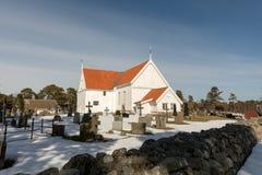 Tromoykerk bij Gehesen, Tromoy in Arendal, Noorwegen Witte kerk, blauwe hemel, zonnige dag Royalty-vrije Stock Afbeelding