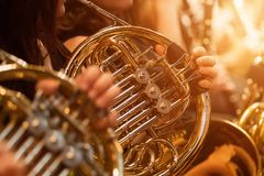 Trompa durante una m?sica de concierto cl?sica imagenes de archivo