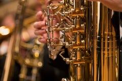 Trompa durante una m?sica de concierto cl?sica foto de archivo