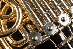 Trompa francesa em uma tabela de madeira Instrumento musical lustrado bonito imagem de stock