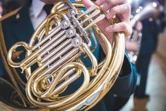 Trompa francesa em uma tabela de madeira Instrumento musical lustrado bonito Fundo escuro fotografia de stock royalty free