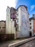Trompe l 'oeill på sida av ovanlig byggnad med den utvändiga trappuppgången i Chalon sur Saone, Bourgogne, Frankrike royaltyfri fotografi