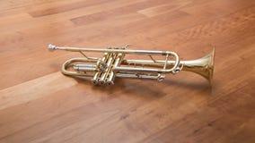 Trompet die op houten achtergrond liggen stock afbeelding