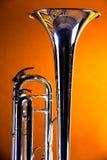 Trompeta Bell en fondo del oro Imágenes de archivo libres de regalías