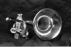Trompeta de plata en negro y blanco imagen de archivo