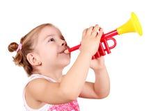 Trompeta del juego de la niña Imágenes de archivo libres de regalías