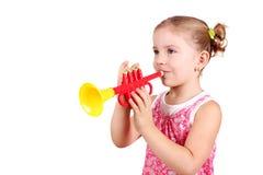Trompeta del juego de la niña Fotografía de archivo