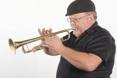 Trompeta que sopla del hombre Foto de archivo libre de regalías