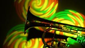 Trompetclose-up in de schijnwerper stock videobeelden