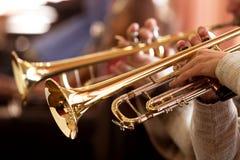 Trompete in den Händen eines Musikers stockfoto