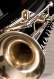 Trompete, die auf Klavierschlüsseln liegt Stockfoto