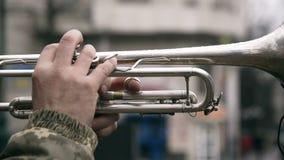 Trompete, die Straßenmusiker spielt stock video