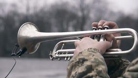 Trompete, die Straßenmusiker spielt stock footage