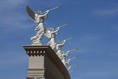 Trompetender Angel Statues Seem, zum einer himmlischen Mitteilung zu machen Lizenzfreie Stockfotografie