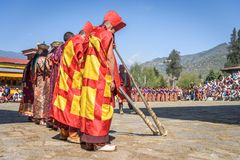 Trompetenmusik buddhistischer Mönche Bhutans an Festival Paro Bhutan stockbilder