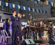 A trompetista da banda filarmônica da cidade joga na fase na frente da municipalidade em honra do 70th aniversário do independe Foto de Stock Royalty Free