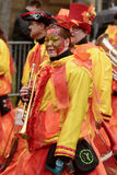Trompetista da mulher na banda colorida na parada de carnaval, St fotografia de stock royalty free
