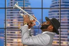 Trompetista del Afro en fondo de la ciudad Foto de archivo