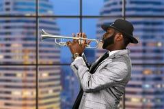 Trompetista del Afro en sombrero negro fotografía de archivo