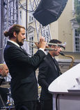 A trompetista e o saxofonista executam em um concerto com Antony Stro foto de stock royalty free