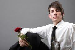 Trompette amoureuse d'amour de jeune homme de verticale Images libres de droits