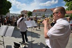 Trompette de jeu de musicien dans le jour de musique de rue Image libre de droits