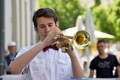 Trompette de jeu de musicien dans le jour de musique de rue Images stock