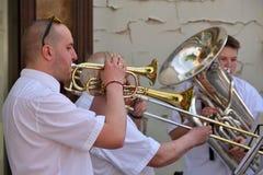 Trompette de jeu de musicien dans le jour de musique de rue Photo stock