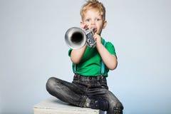 Trompette de soufflement d'enfant photo libre de droits