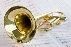 Trompette se trouvant sur la musique de feuille photos stock