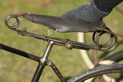Trompez en cuir d'une bicyclette antique photos stock