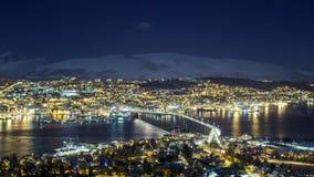 Tromsø en la noche, la visión hacia el puente y la catedral ártica foto de archivo libre de regalías