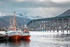 Tromse, Noorwegen Boot bij haven van Tromso royalty-vrije stock afbeelding