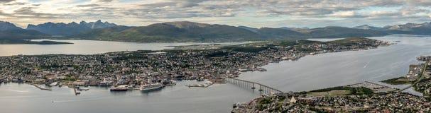 Tromso με τα βουνά Kvaloya στο υπόβαθρο και τη θάλασσα που περιβάλλουν την πόλη Troms, Νορβηγία στοκ εικόνα