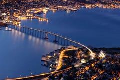 Tromso bro vid natt - nordliga Norge Royaltyfria Bilder