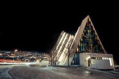 Tromso domkyrka av arktisken som är upplyst på natten arkivbild