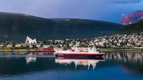 TROMSO FINLANDIA, LIPIEC, - 26, 2016: hurtigruten statek żegluje w Tromso Norwegia fotografia stock