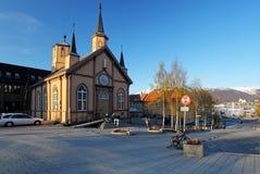 Tromso fyrkant med kyrkan, Norge royaltyfria bilder