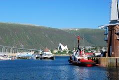 Tromso hamn med sikter av den Tromso bron, Ishavskatedralen, Norge Arkivbild