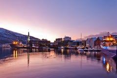 Tromso miasta nabrzeże przy nocą obrazy royalty free